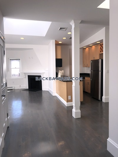 Back Bay Sunny and Spacious 2 bed Penthouse located Back Bay! Boston - $4,600 No Fee